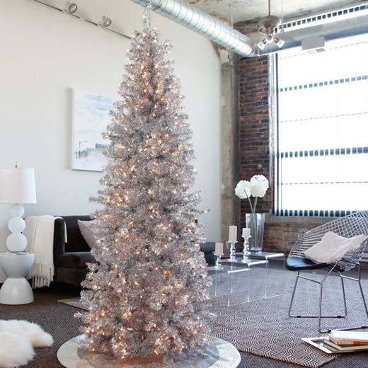 Árvore de Natal prata e iluminada