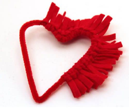 Confeccionando o coração com limpadores de cachimbo e feltro