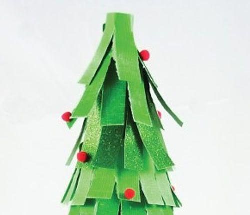 Colocando enfeites na Árvore de Natal em miniatura