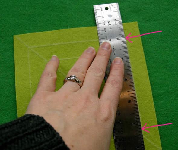 Cortando o quadrado em feltro