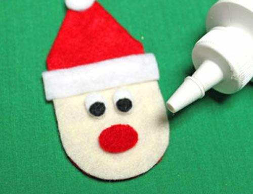Colando o narizinho do Papai Noel em feltro