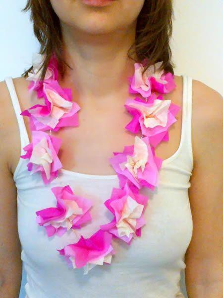 Colar artesanal de havaianas com papel crepom