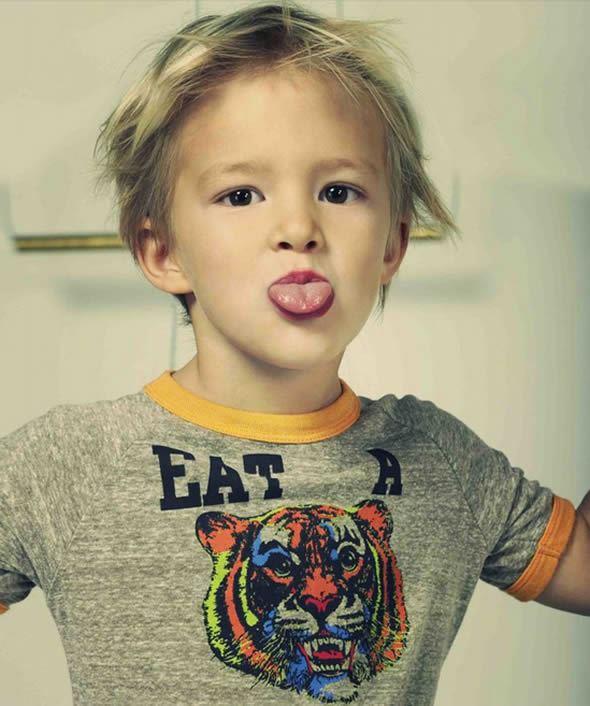 Criança dando língua