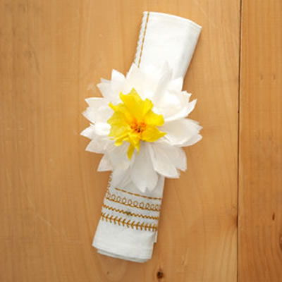 Porta guardanapos com flor de papel seda