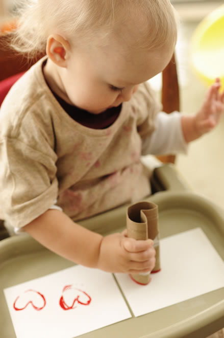 Criança fazendo artesanato em cartão customizado