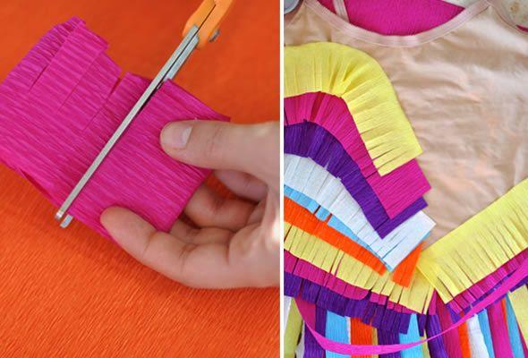 Cortando o papel crepom para fazer a saia