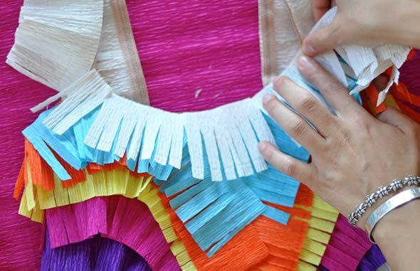 Linda fantasia de carnaval com papel crepom