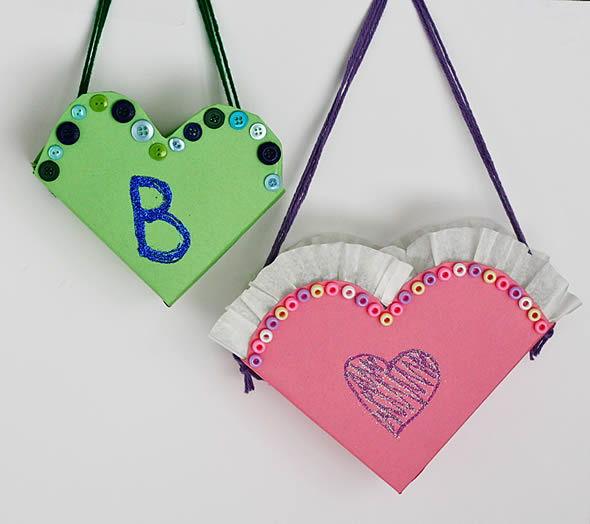 Bolsinhas de coração com reciclagem de caixas