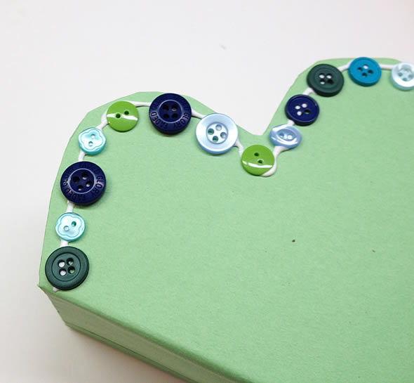 Colando os botões na sacolinha personalizada