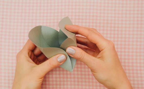 Montando a caixinha artesanal de papel