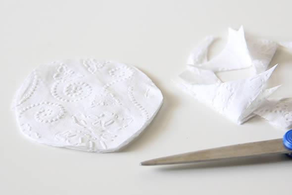 Cortando o papel higiênico