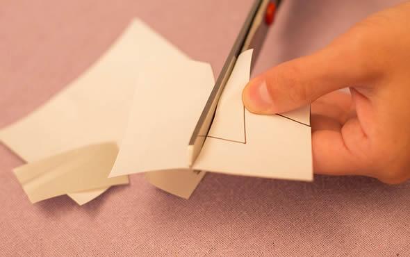 Recortando o papel adesivo