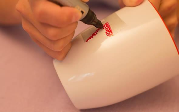 Personalizando a caneca com marcador permanente