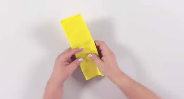 Dobrando papel de seda para fazer bandeirinha
