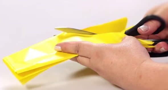 Cortando o papel de seda para artesanato junino