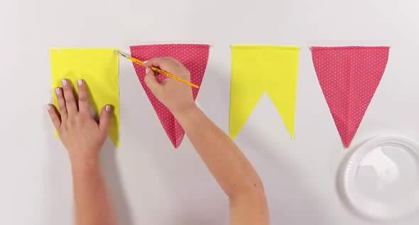 Colocando cola para fixar as bandeirinhas