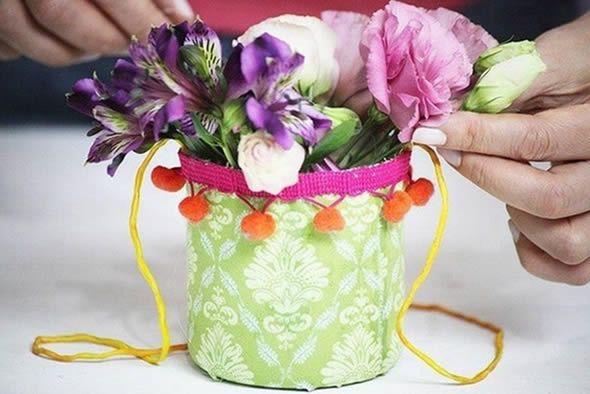 Artesanato com reciclagem com arranjo de flores
