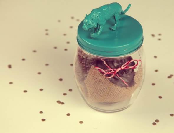 Lindo presente com pote de vidro e chocolate