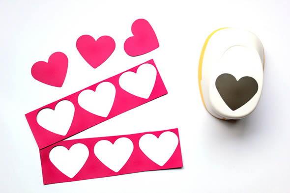 Cortando corações de papel