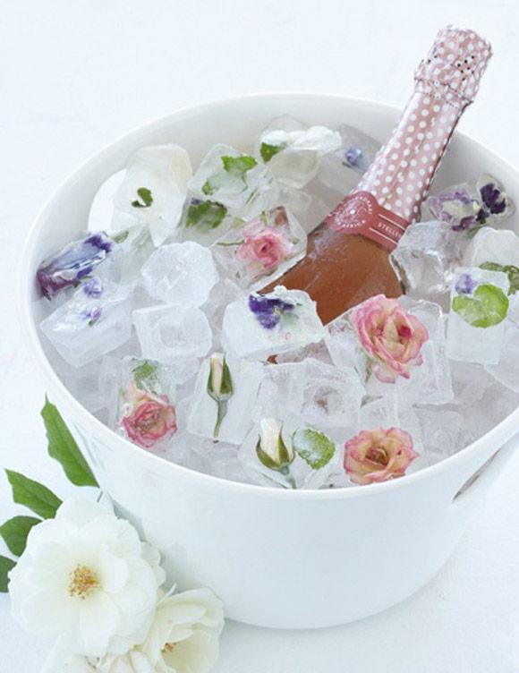 decoração de casamento com gelos decorados em um balde de gelo e espumante
