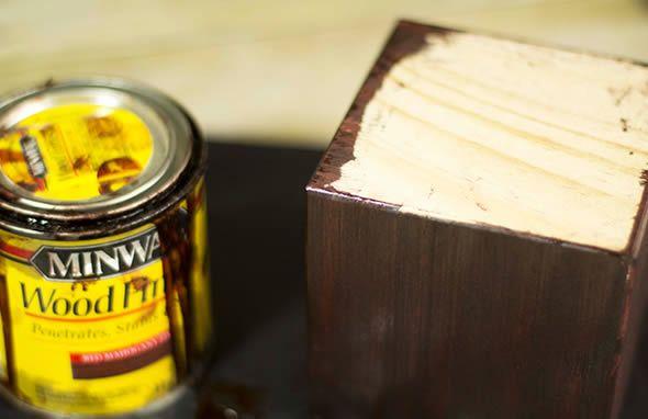 Pintando o fundo do cubo de madeira