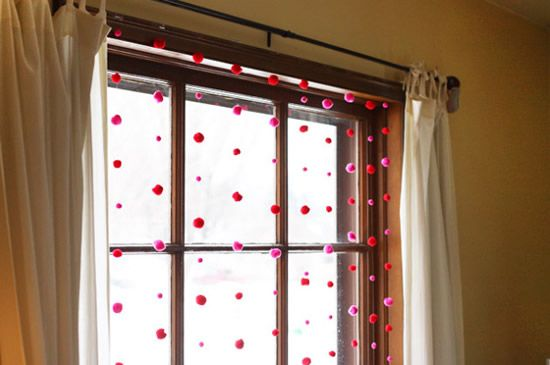 Enfeitando a janela com pompons