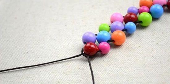 Saiba como fazer um lindo colar com contas