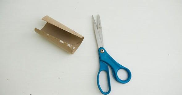 Cortando rolinho de papelão
