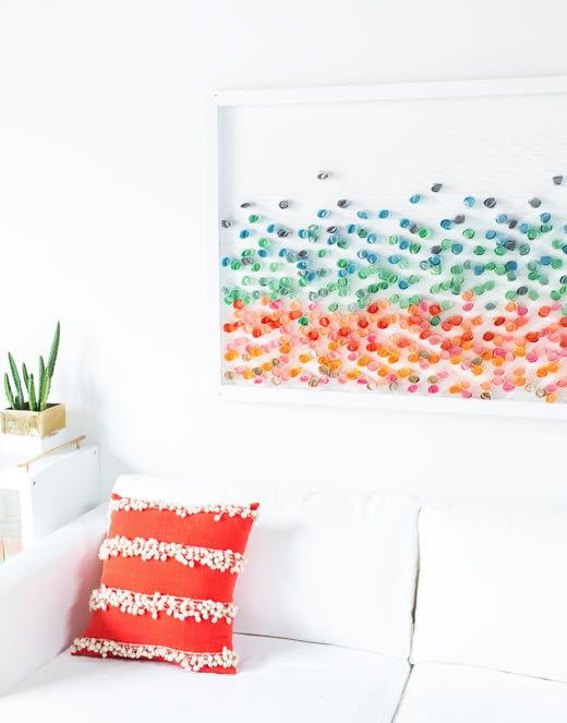 Decoração para a casa com tela de metal e papeis coloridos