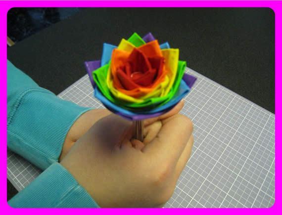 Flores coloridas com fitas adesivas passo a passo