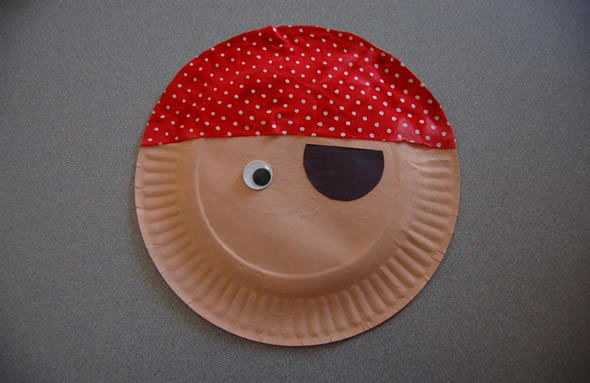 Fazendo pirata com pratinho de papelão