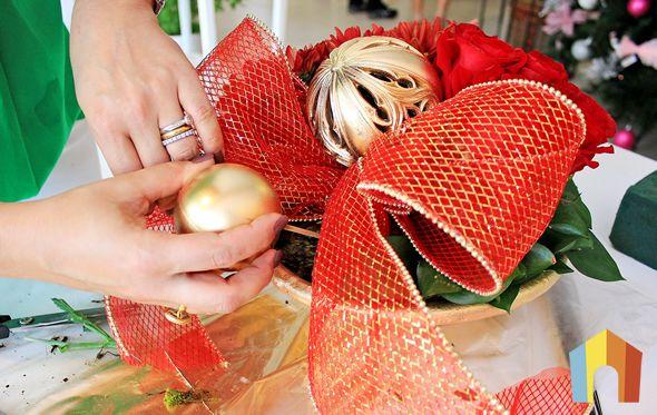 Arranjo de Natal com flores para decoração da mesa passo a passo