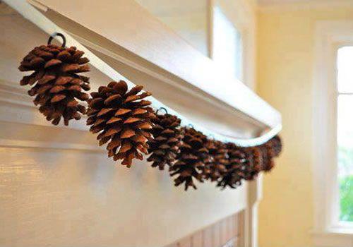 Decoração com pinhas de madeira para a porta