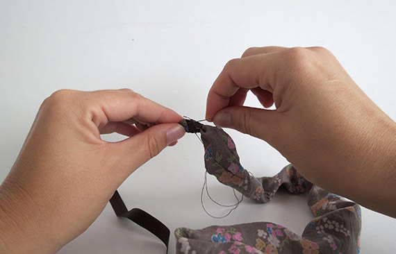 colar-de-tecido-e-micangas-passo-a-passo-8