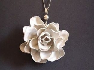 Flor com reciclagem de colheres de plástico