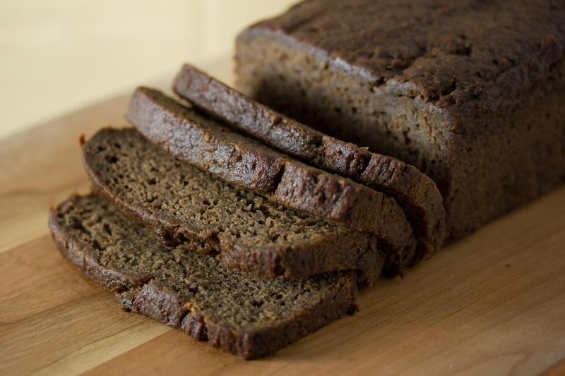 pão vegano de banana já pronto e fatiado