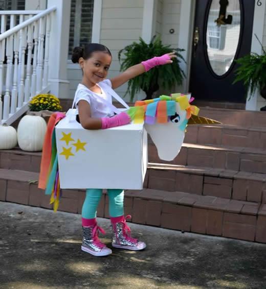 Fantasias Improvisadas com Papelão para o Carnaval
