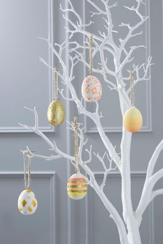 árvore com ovos de páscoa pintados