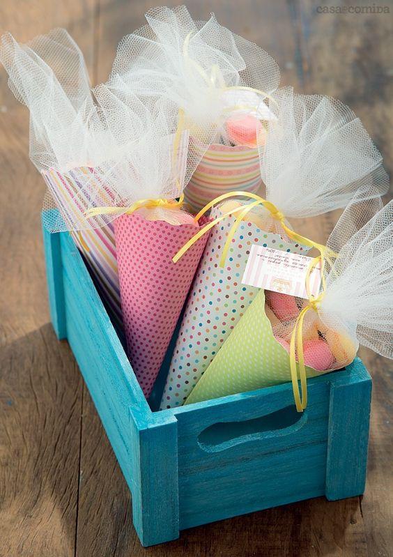 cones coloridos com tule