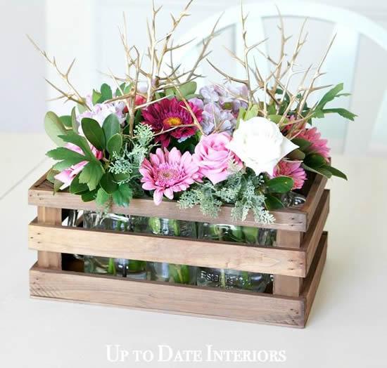 Caixotes decorados com arranjos de flores