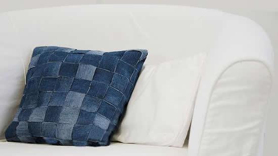 Almofada linda com calça jeans
