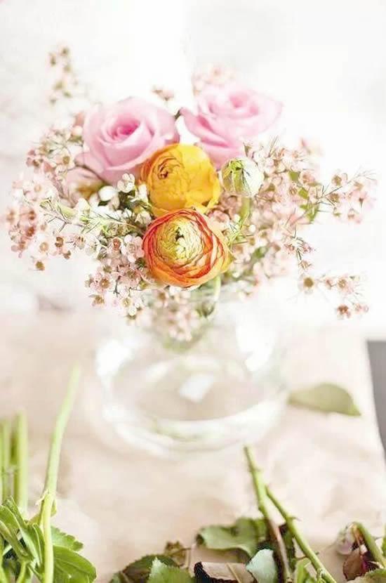 Decoração de mesas com arranjos de flores