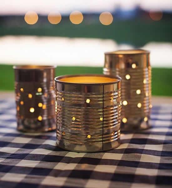 Linda decoração para a mesa com latas de metal