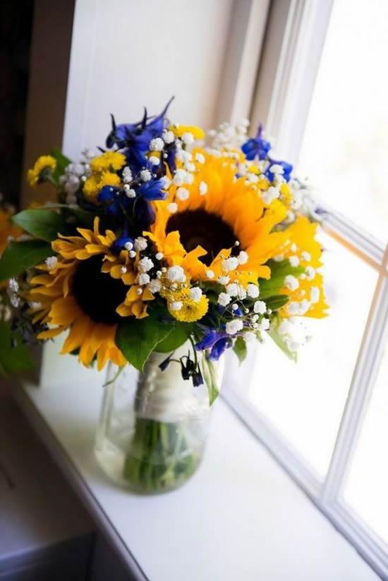 Decoração de mesa com flores e garrafas de vidro