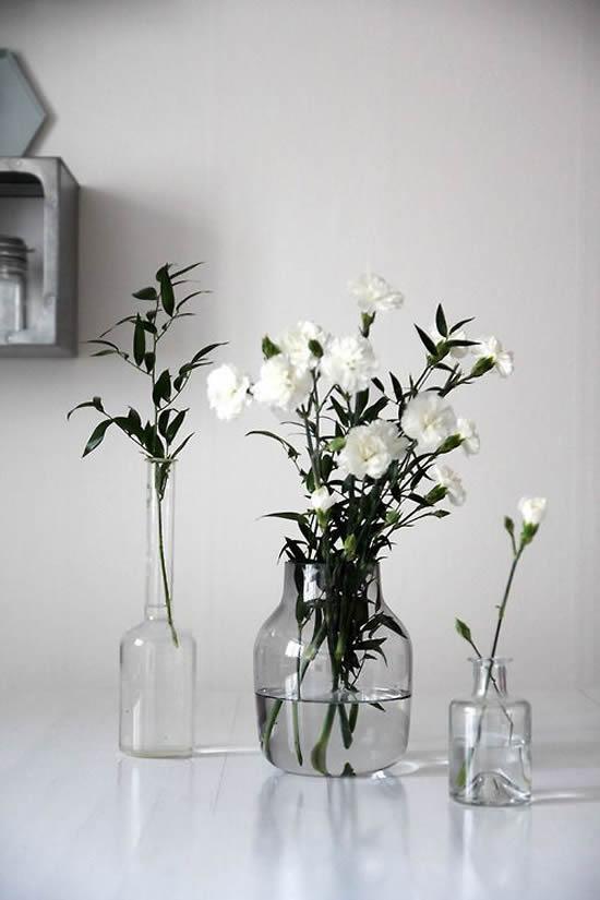 Flores e garrafas de vidro para decoração