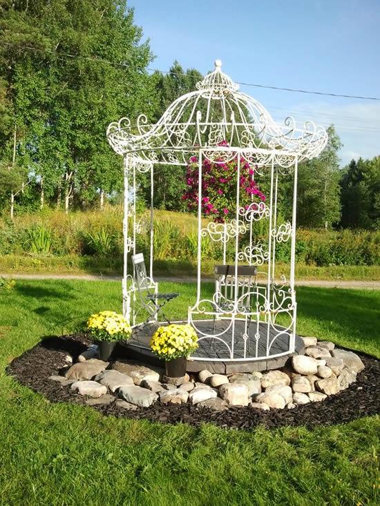 Linda decoração de jardim com gazebo
