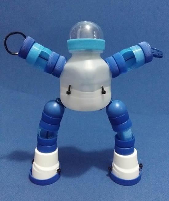 Robôs com tampas de garrafa PET