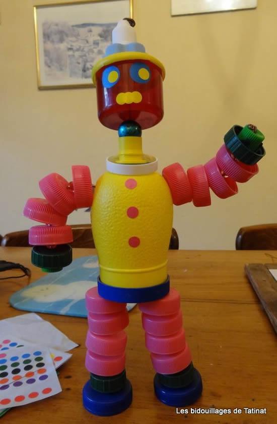 Lindos robôs com tampas de garrafa PET