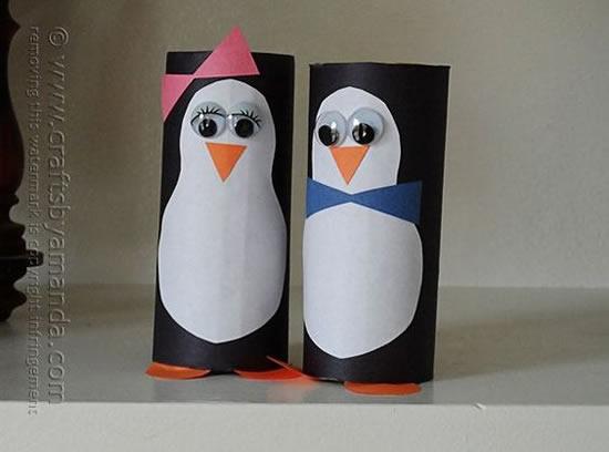 Pinguins com rolos de papelão