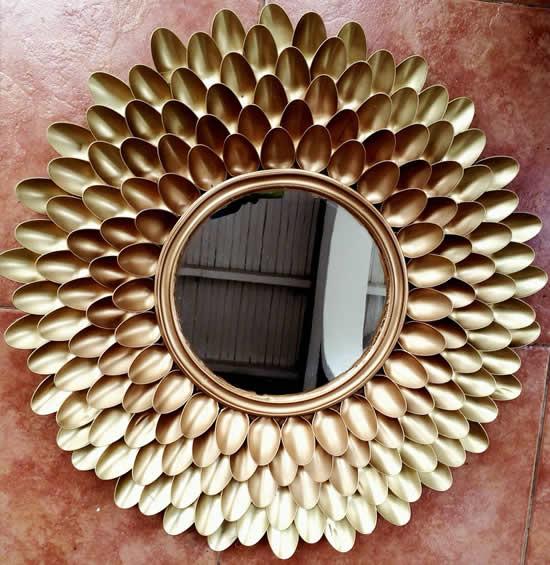 Decoração com colheres para espelho